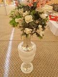 Potenciômetros bonitos com florescência artificial para o evento do casamento imagem de stock
