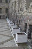 Potenciômetros brancos com as árvores no castelo imperial em Poznan foto de stock