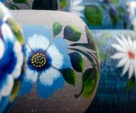 Potenciômetros cerâmicos coloridos mexicanos em uma oficina Imagem de Stock