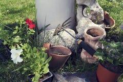 Potenciômetros com flores e ferramenta de jardinagem Imagem de Stock Royalty Free