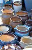 Potenciômetros da porcelana nas fileiras foto de stock