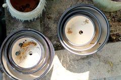 Potenciômetros da porcelana nas fileiras imagens de stock