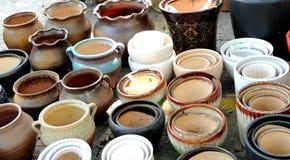 Potenciômetros da porcelana nas fileiras fotografia de stock