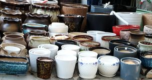 Potenciômetros da porcelana nas fileiras fotografia de stock royalty free