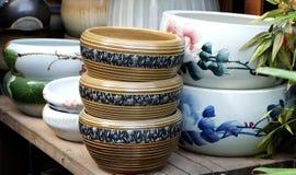 Potenciômetros da porcelana nas fileiras imagem de stock