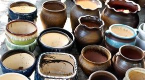 Potenciômetros da porcelana nas fileiras foto de stock royalty free