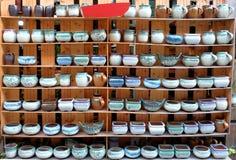 Potenciômetros da porcelana nas fileiras imagens de stock royalty free