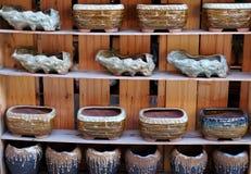 Potenciômetros da porcelana nas fileiras imagem de stock royalty free