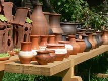 Potenciômetros de argila no banco de madeira Fotografia de Stock
