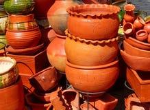 Potenciômetros de argila rústicos tradicionais no mercado em Cuenca, Equador foto de stock royalty free