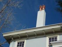 Potenciômetros de chaminé contra um céu azul brilhante Foto de Stock