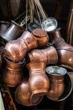 Potenciômetros de cobre do café em um mercado de rua em Istambul, Turquia fotografia de stock royalty free