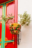 Potenciômetros de flor coloridos na cidade pitoresca colorida de Jardin em Colômbia Foto de Stock