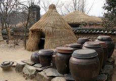 Potenciômetros de Kimchi (repolho conservado) fora na barraca da palha Imagens de Stock Royalty Free
