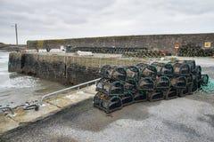 Potenciômetros de lagosta empilhados em um porto fotografia de stock