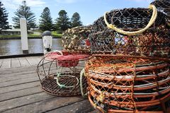 Potenciômetros de pesca no cais imagens de stock