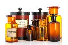 Potenciômetros do Apothecary com os ingredientes para medicins foto de stock