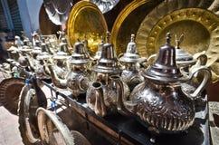 Potenciômetros do chá em um mercado de rua, C4marraquexe, Marrocos fotografia de stock