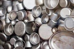 Potenciômetros esmaltados e copos manufaturados no duri da fábrica do ` s de Schindler imagens de stock royalty free
