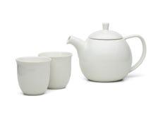 Potenciômetro branco do chá com os copos de chá ajustados Imagem de Stock Royalty Free