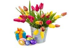 Potenciômetro com as tulipas e a caixa de presente cor-de-rosa e amarelas imagens de stock royalty free