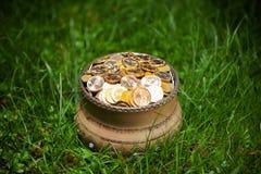 Potenciômetro com moedas douradas Imagens de Stock Royalty Free