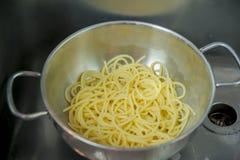 Potenciômetro com os espaguetes apenas drenados Imagens de Stock Royalty Free