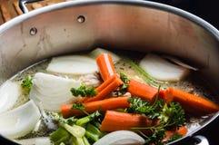 Potenciômetro conservado em estoque com os vegetais cortados para a sopa Imagem de Stock