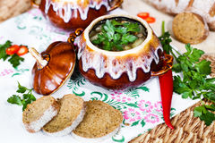 Potenciômetro da batata e da salsa da sopa na tabela Imagem de Stock Royalty Free