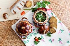 Potenciômetro da batata e da salsa da sopa na tabela Fotografia de Stock