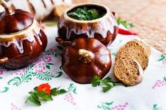 Potenciômetro da batata e da salsa da sopa na tabela Foto de Stock