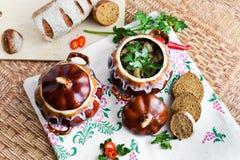 Potenciômetro da batata e da salsa da sopa na tabela Imagens de Stock