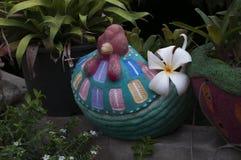 Potenciômetro da galinha no jardim Foto de Stock