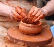 Potenciômetro de argila em uma roda de oleiro Foto de Stock Royalty Free