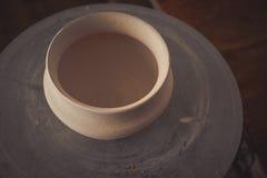 Potenciômetro de argila em uma roda do ` s do oleiro fotos de stock