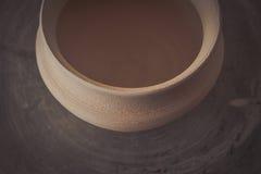Potenciômetro de argila em uma roda do ` s do oleiro imagem de stock