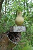 Potenciômetro de argila ucraniano tradicional antigo que está em uma árvore do corte dentro Fotos de Stock Royalty Free