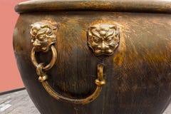 Potenciômetro de bronze antigo para guardar a água em caso do fogo, Pequim Fotos de Stock Royalty Free
