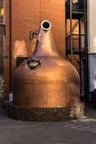 Potenciômetro de cobre grande na frente de Jameson Distillery idoso, Dublin, I foto de stock royalty free