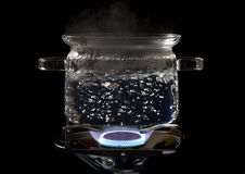 Potenciômetro de cozimento claro em um fogão de gás Fotos de Stock Royalty Free