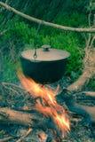 Potenciômetro de ebulição na fogueira no piquenique Fotografia de Stock