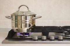 Potenciômetro de ebulição no fogo do fogão de gás Imagens de Stock