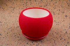 Potenciômetro de flor vazio vermelho no fundo de madeira Imagem de Stock Royalty Free