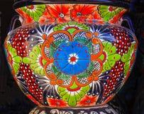 Potenciômetro de flores alaranjado azul cerâmico colorido Dolores Hidalgo Mexico imagem de stock royalty free