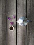 Potenciômetro de Moka e uma xícara de café Fotografia de Stock Royalty Free