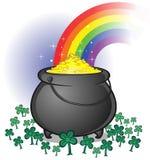 Potenciômetro de ouro com o arco-íris no contexto branco Fotografia de Stock Royalty Free