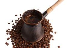 Potenciômetro do café que permanece nos feijões fotografia de stock royalty free