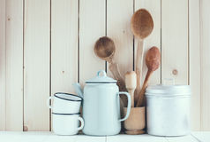 Potenciômetro do café, canecas do esmalte e colheres rústicas Fotos de Stock Royalty Free