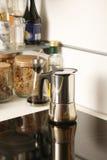 Potenciômetro do chá e do café em um fogão elétrico moderno Foto de Stock