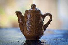 Potenciômetro do chá na superfície áspera com fundo borrado Imagem de Stock Royalty Free